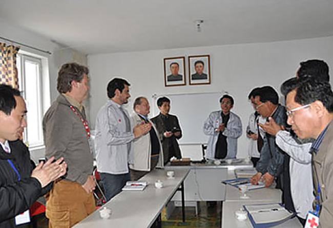 Corea del Nord visita alla Croce Rossa locale