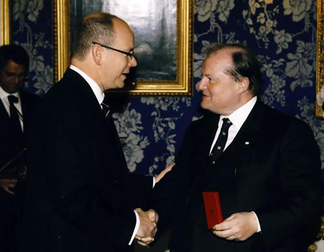Riceve dal Principe Alberto di Monaco la medaglia Vermeil della Croce Rossa Monegasca